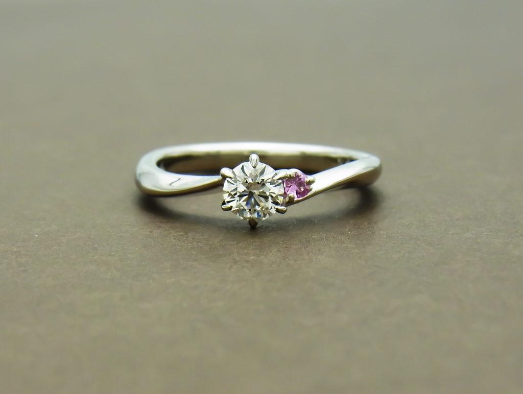 アイズストーン S字婚約指輪